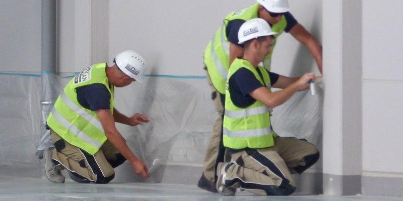 Bediener vor dem polieren von beton