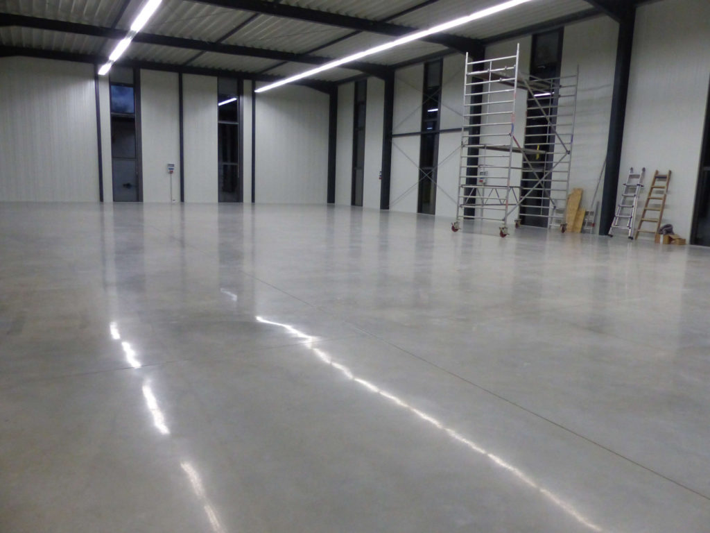 Die Bodensanierung in der Industrie dient dem Arbeitsschutz und spart die stete Wartung, wenn der Betonboden zentimetertief versiegelt ist.