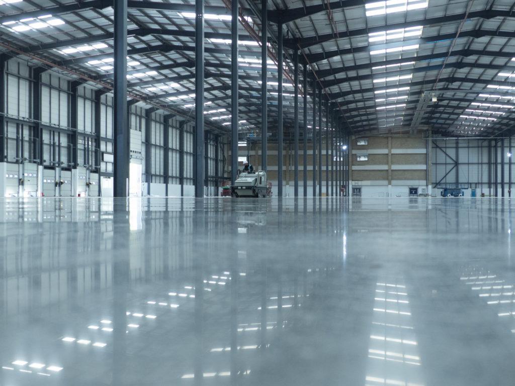 Die Industriebodensanierung mit BECOSAN hilft ihrem Industrieboden aus Beton lange widerstandsfähig, staubfrei und trittfest zu bleiben.