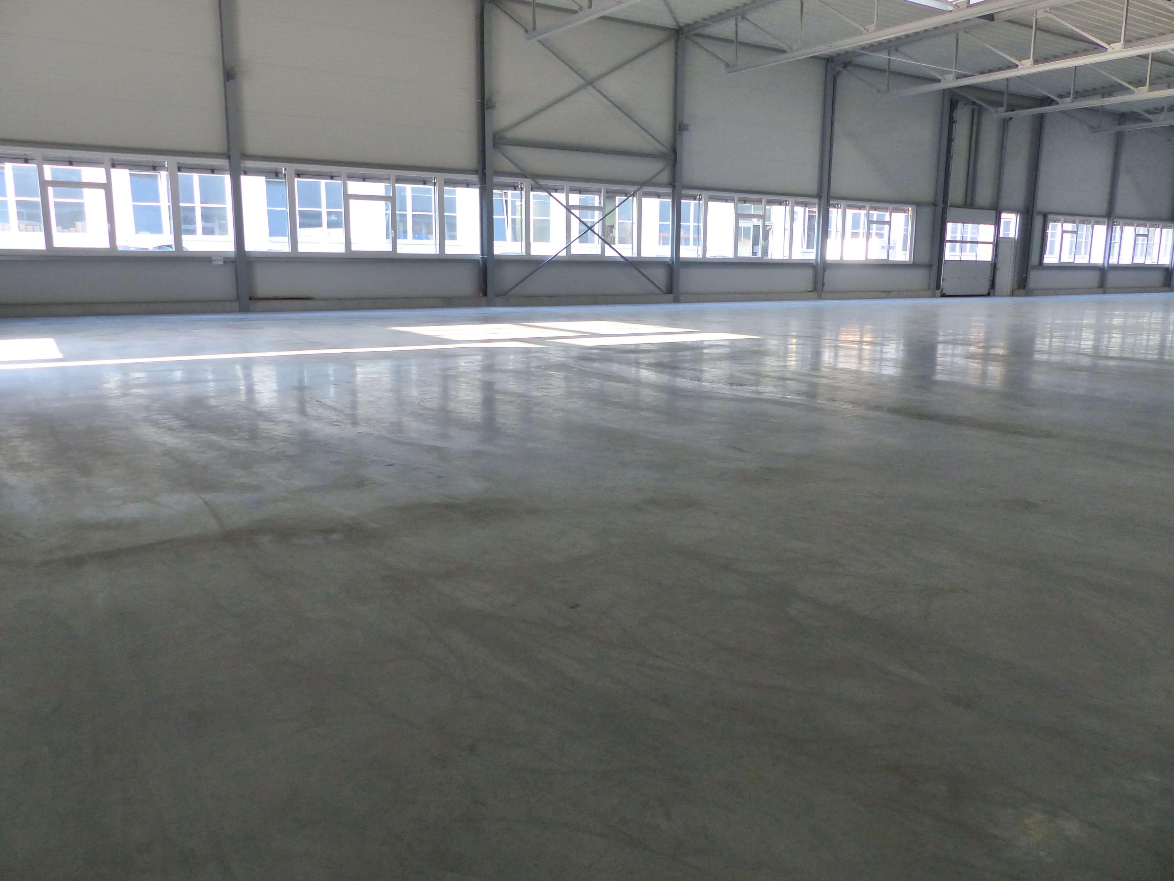 neuer geglätteter betonboden