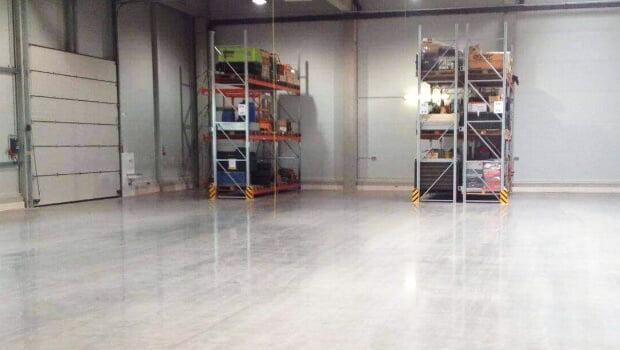 Verkieselung von Beton für einen glatten, trittfesten und sicheren Betonboden, der gehärtet gegen Flüssigkeiten, mechanische Einflüsse und Staubbildung geschützt ist. Quelle: Becosan