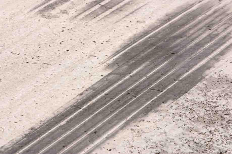 Macchie prodotte da pneumatici su un pavimento industriale