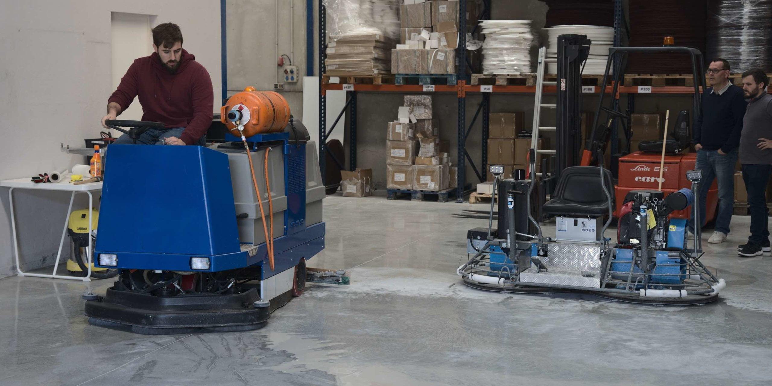 Limpieza industrial del suelo de una nave industrial