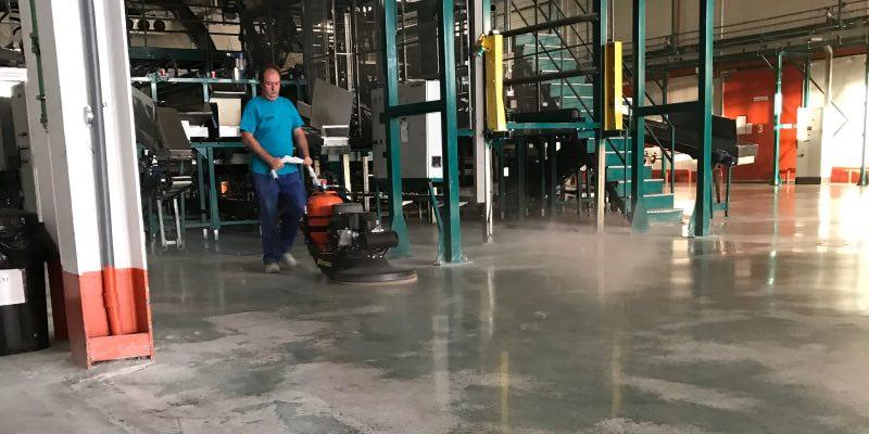 Operatore che ripara la resina Epossidica dalla pavimentazione