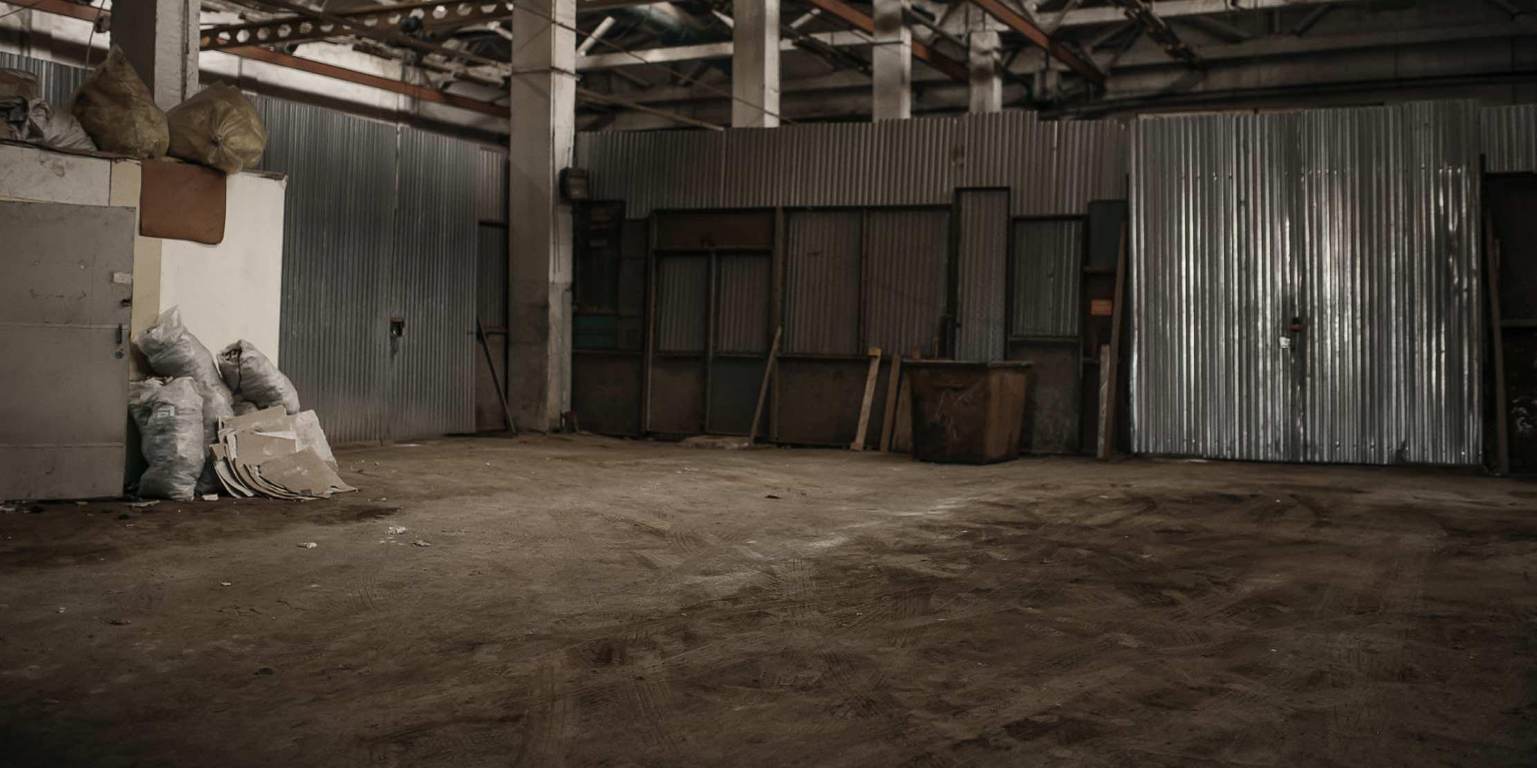 Schlamm und laubflecken auf betonböden