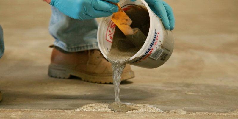 repareer scheuren in beton