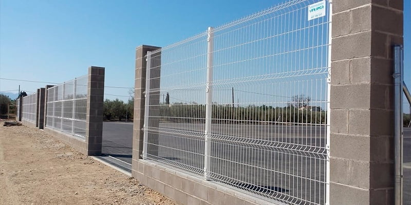 Industrial folded mesh fencing