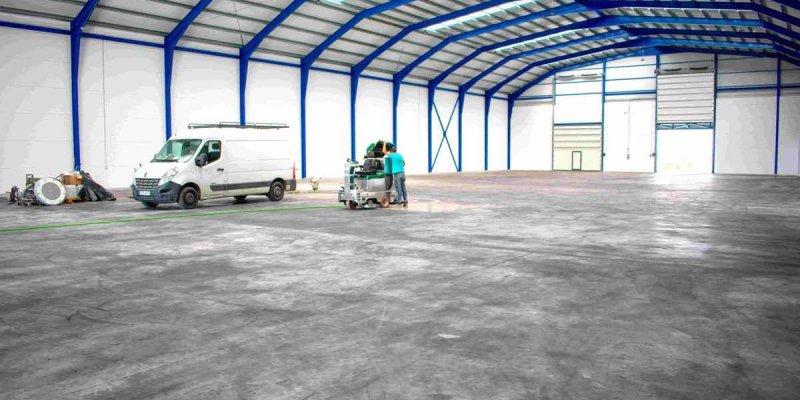 Eliminar manchas de neumáticos en suelos industriales
