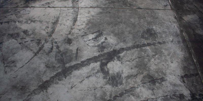 hormigon con marcas de neumaticos